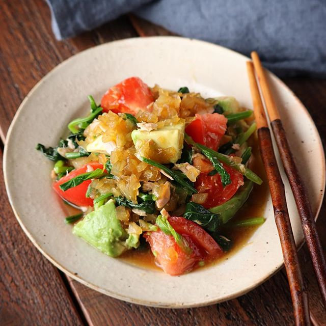緑黄色野菜とアボカドのツナときざみ玉ねぎドレッシング和え