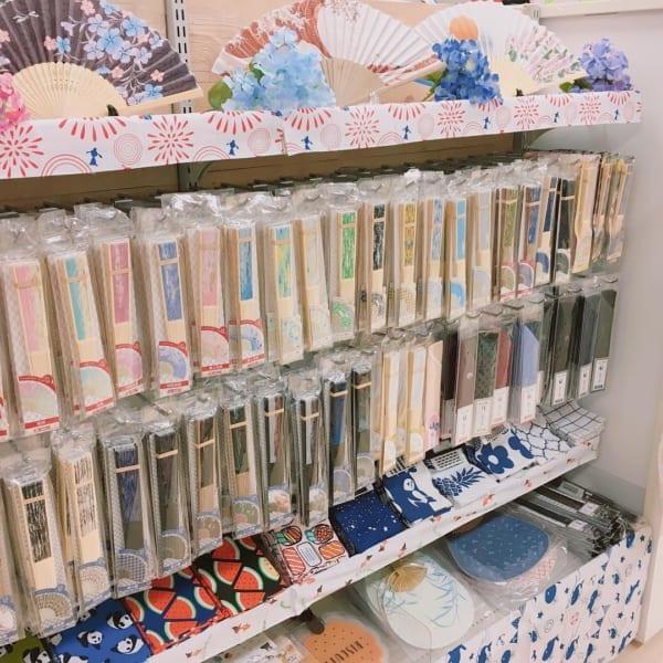 品数に驚くキャンドゥの夏用品コーナーに並ぶ扇子