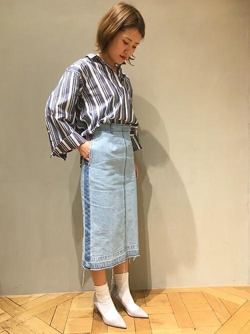 デニムタイトスカート×柄トップスコーデ2