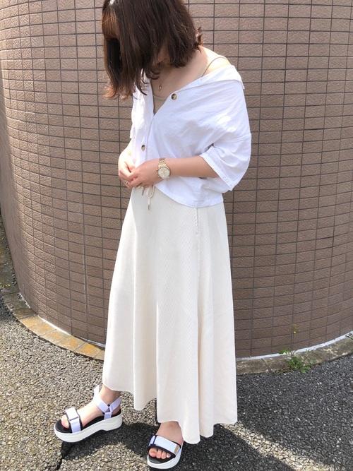 GUの白のシンプルなロングスカートコーデ