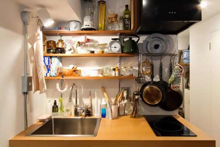 壁面に物を集中させて作業スペースを確保