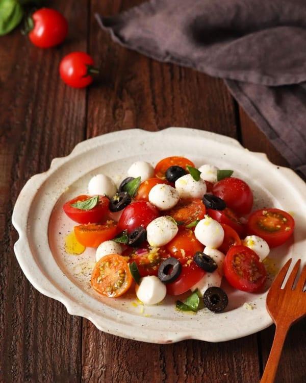 見た目もおしゃれ!モッツァレラとトマトのサラダ