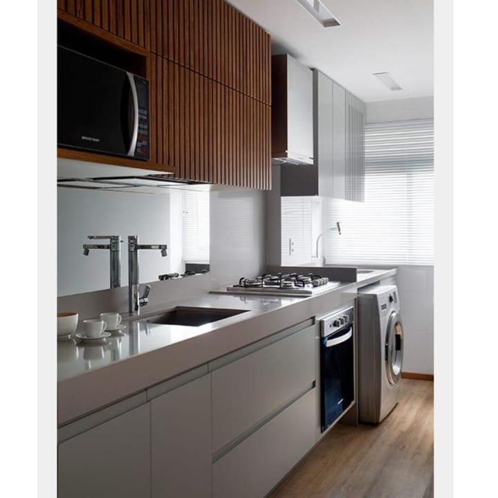 シンプルで洗練されたデザインのキッチンにランドリースペースを配置したスタイリッシュな空間づくり
