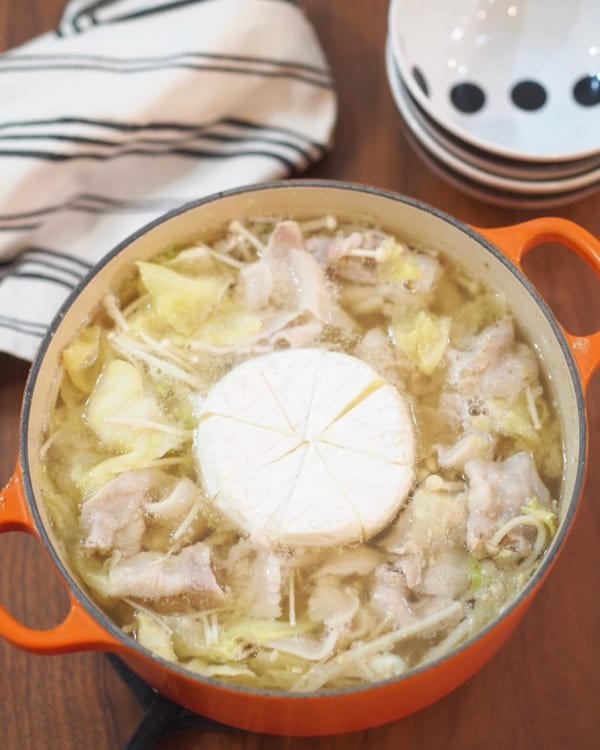 カマンベールが美味しい!豚バラキャベツのごま味噌鍋
