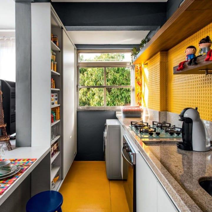 鮮やかなイエローの壁と床がポップな表情を演出するキッチンインテリア