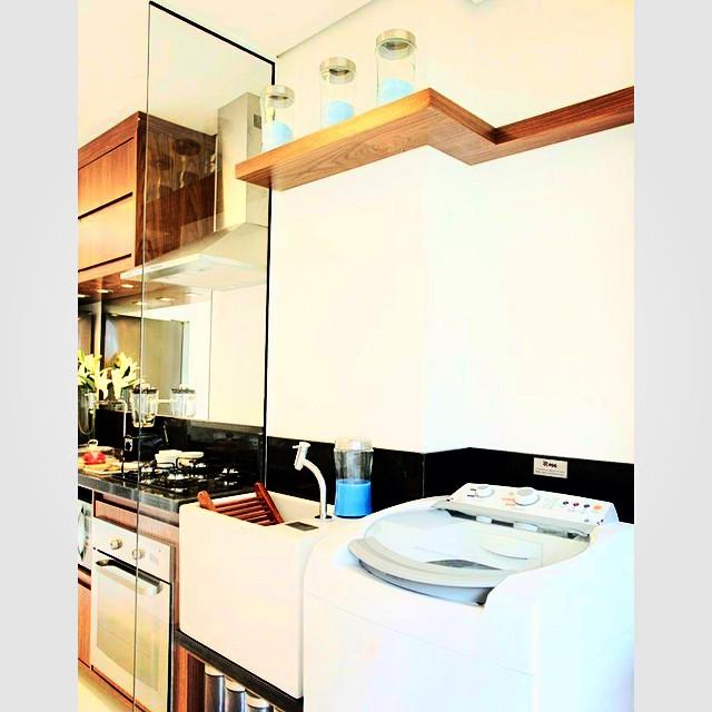 キッチンとランドリースペースをガラス板で仕切った開放感たっぷりな空間づくりがポイント