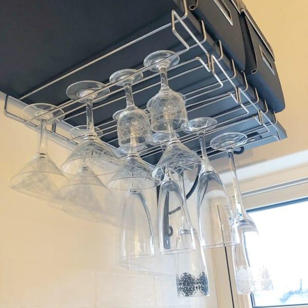 カフェ風キッチンに変身する、ワッツのワイングラスホルダー