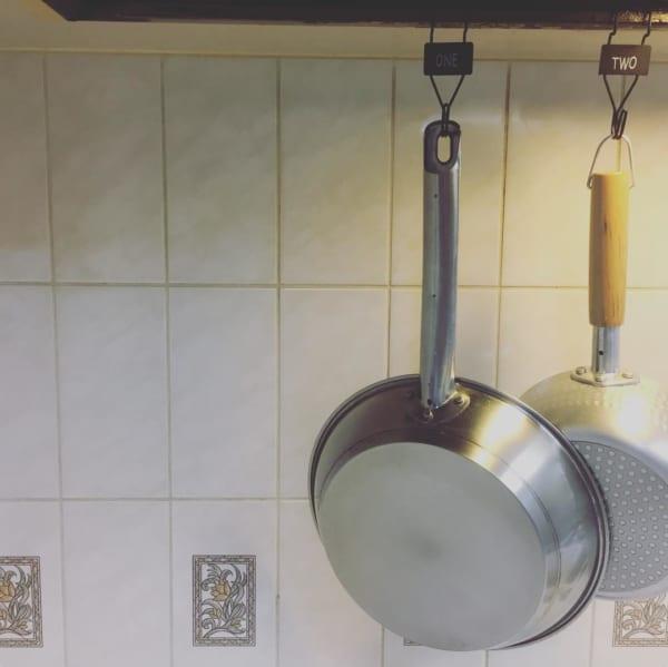 レンジフードのフチを利用して付けるキッチンツールフック