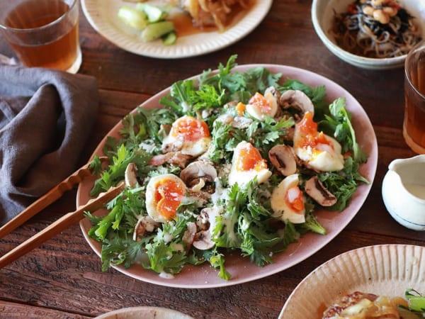 春菊と半熟卵のシーザーサラダ