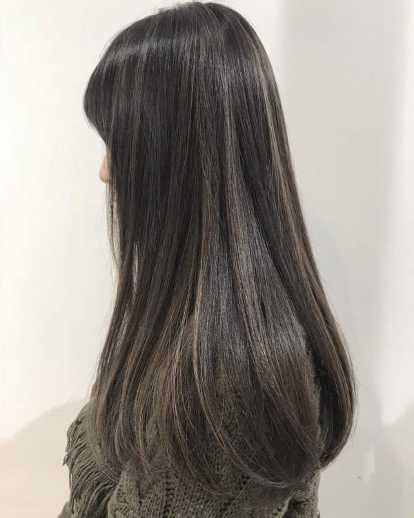 ベース 黒髪 グラデーション カラー 黒髪×アッシュ系のグラデーションヘアが男ウケ大好評♡ ウェーブ感プラスで愛され透明感!