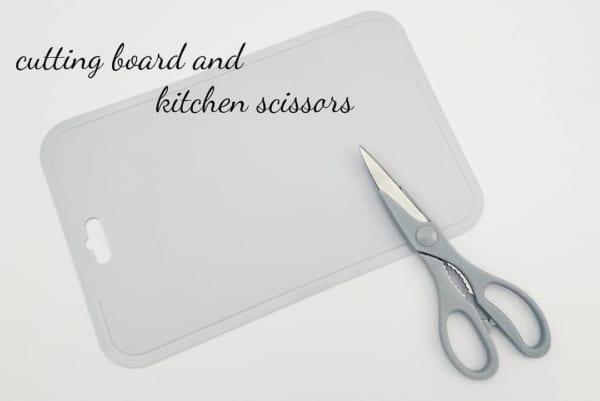 グレーのキッチンばさみ&やわらかまな板(セリア)