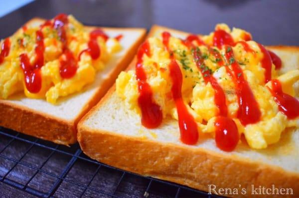 焼いてのせるだけ!スクランブルエッグトースト