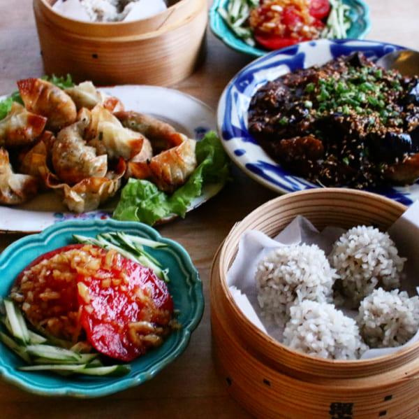 麻婆茄子、揚げ餃子、シュウマイ、トマトの中華風サラダ