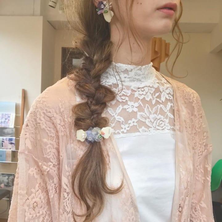 少しジグザグなサイド三つ編みにお花の飾り