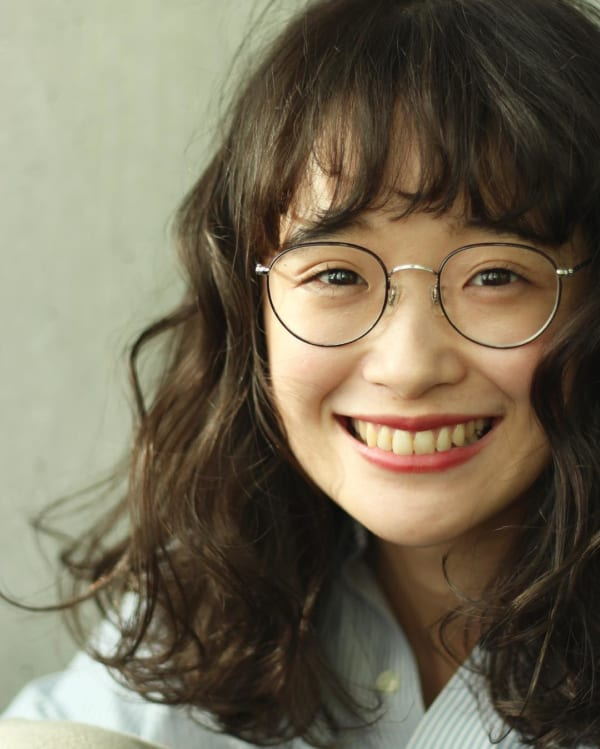 丸メガネに似合う髪型 ミディアム