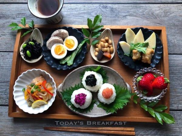 三種おにぎりの朝定食