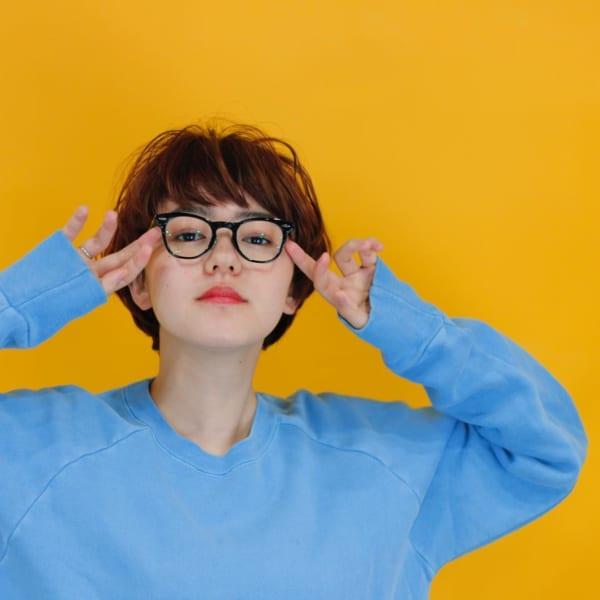 丸メガネに似合う髪型 ショートヘア2