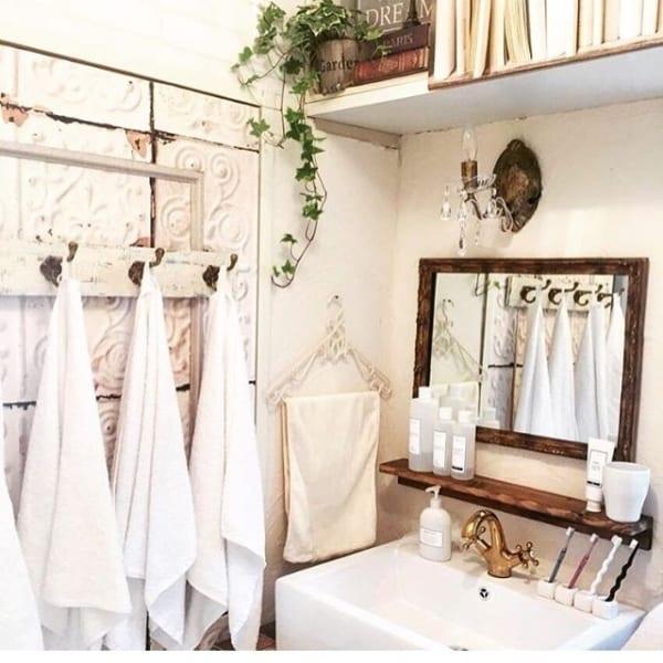 壁に棚やフ2ックを付けて洗面用具を収納2