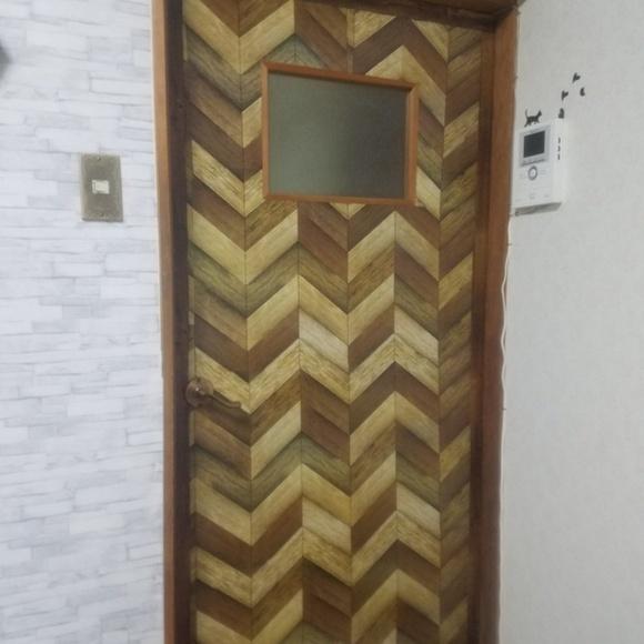 壁紙DIYでドアをイメージチェンジ