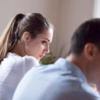 これは好き避け?男性が好きな女性にしてしまう態度やその心理を分析します!