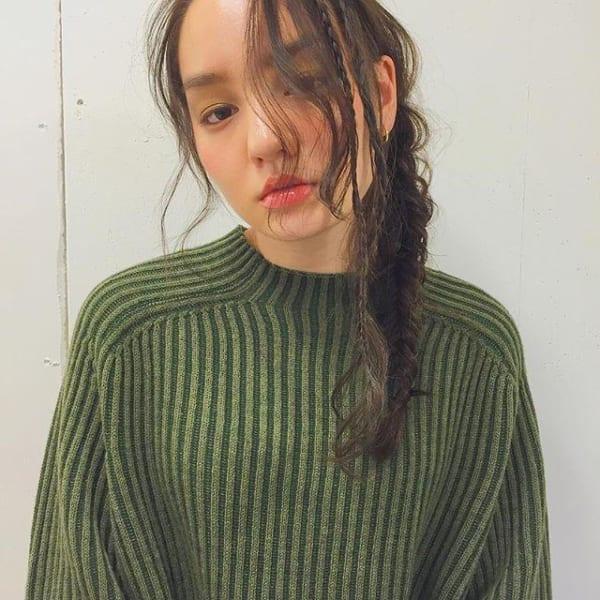 細い三つ編みがワンポイントのサイド三つ編み