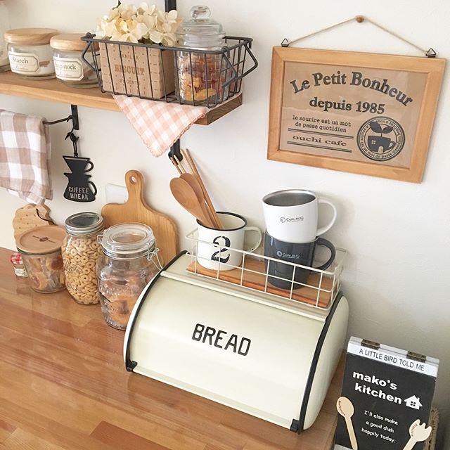 ブレッドケースのあるカフェ風キッチン3