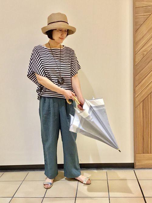 ナチュラルな素材感が引き立つ淡いグレーの日傘