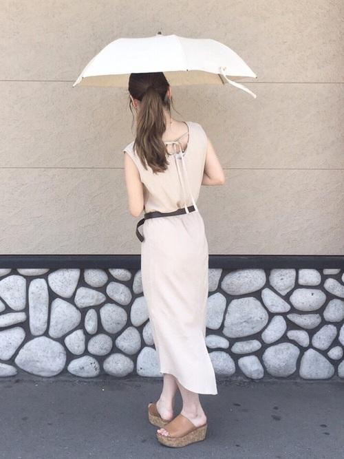 ヌーディーなベージュカラーの日傘