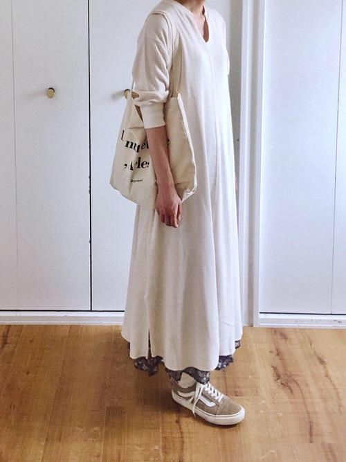 スカートに合わせたレイヤードコーデ
