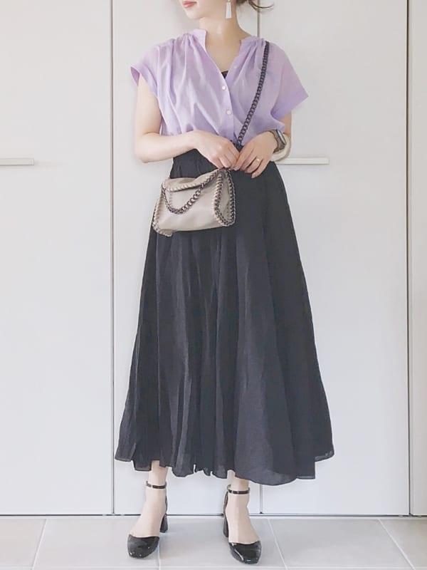 カラフルトップス×ロング丈黒フレアスカート