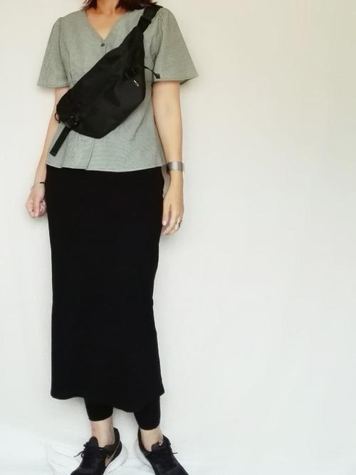 ラクチン素材のタイトスカートでリラックスコーデ
