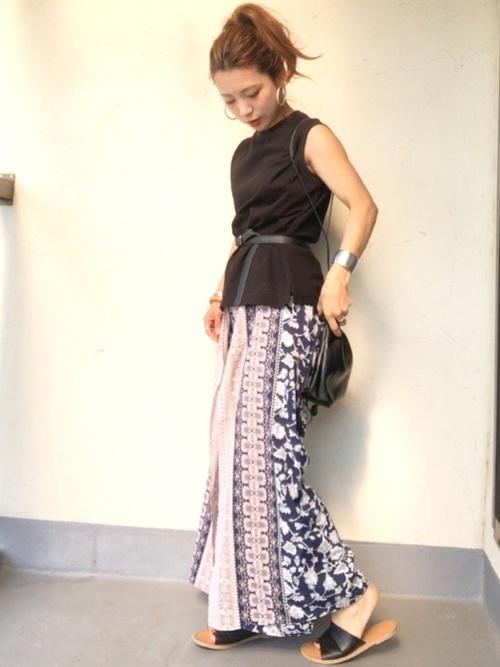 ブラックトップス×花柄スカート
