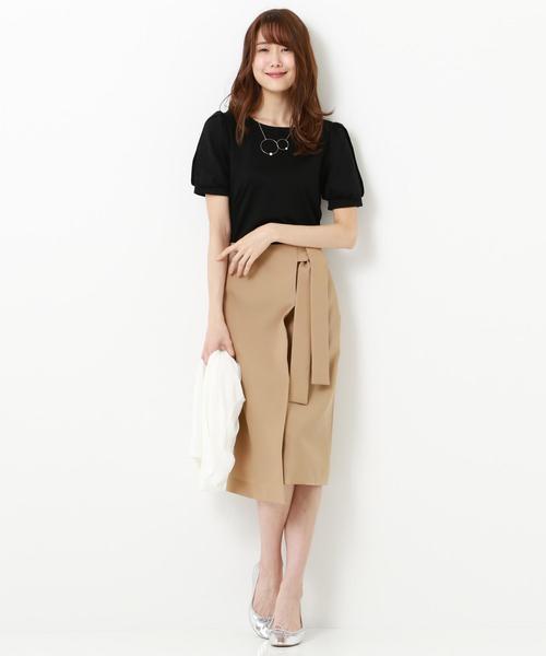 黒カットソー×ベージュタイトスカート