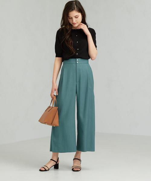 黒ノーカラーシャツ×グリーン系ワイドパンツ