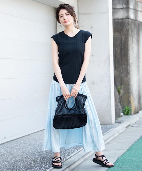 黒トップス×ブルー系ロングスカート