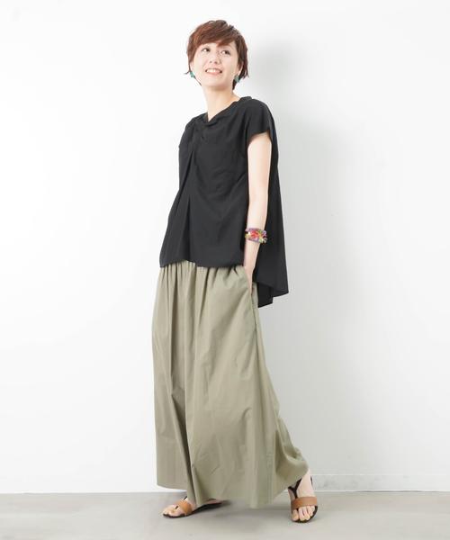 黒ノーカラーシャツ×グリーン系ワイドパンツ2
