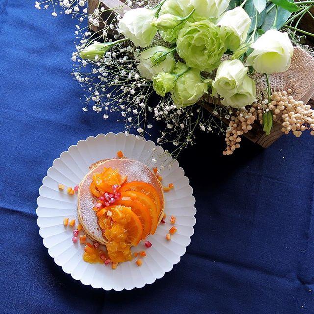 オレンジとざくろを散らしたパンケーキ