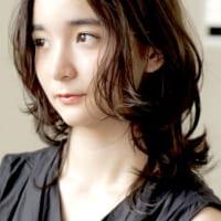 丸顔さんはミディアムヘアで大人っぽスタイル♪おしゃれな女性らしい髪型50選!