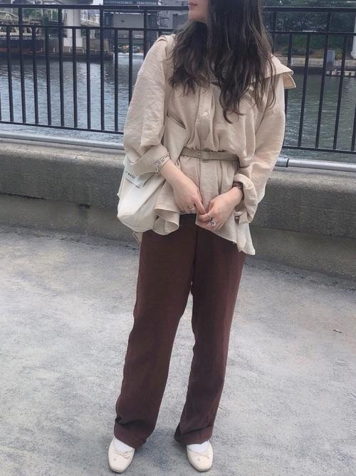 茶色 パンツ コーデ8