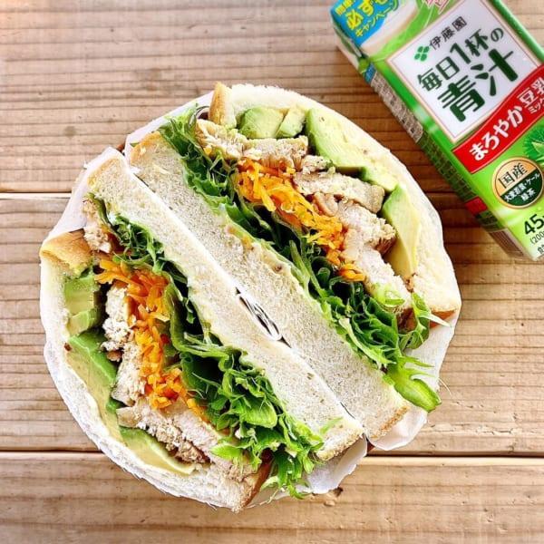 野菜たっぷりのサンドイッチ
