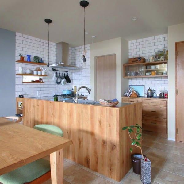 レンガ調のタイルを取り入れたキッチン