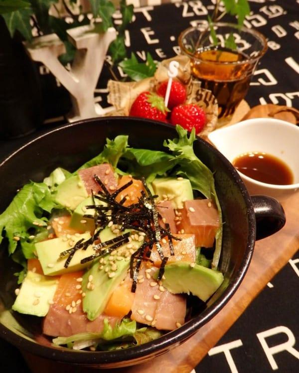 サーモンアボカド丼
