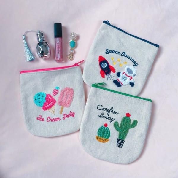 刺繍ラウンドポーチ(3COINS)
