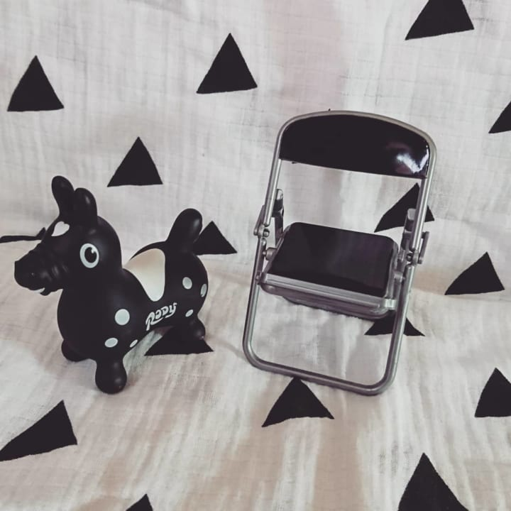 パイプ椅子のスマホスタンド(キャンドゥ)