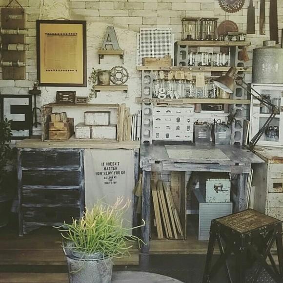 ブロックの収納棚がカッコいい作業机