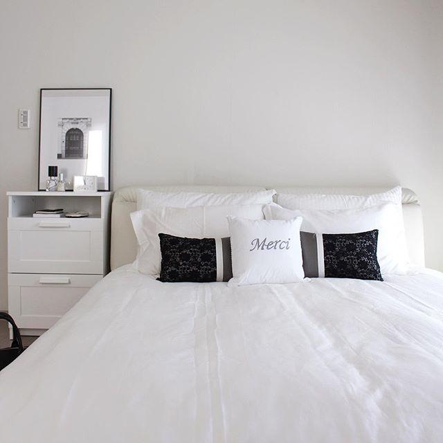 白で爽やかさを出したベッドルーム