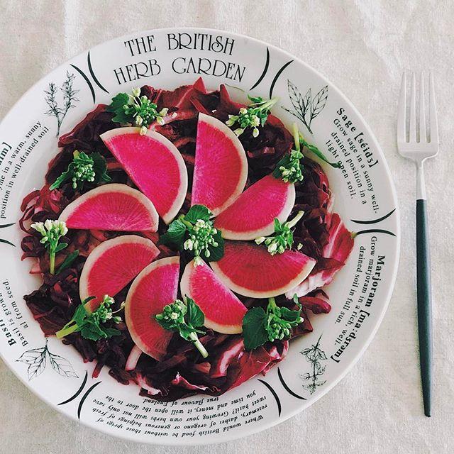 紫の野菜と花わさびのサラダ