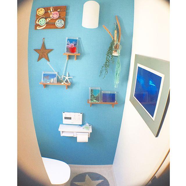 壁面に夏を感じさせるアイテムを飾る3