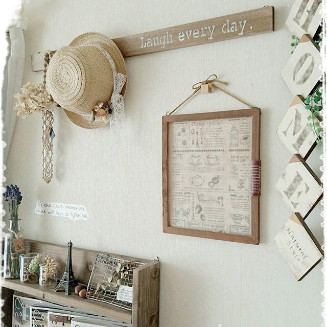 麦わら帽子を壁に飾る3