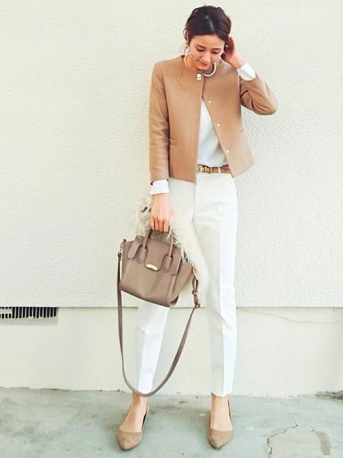ベージュジャケットは白パンツで上品に